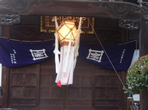 東北出身者(←私)は、知ってて毎年驚くんだけど。東京はもうお盆。お寺の本堂にはお盆灯篭が風に揺れております。/7/15=旧5/30・壬辰