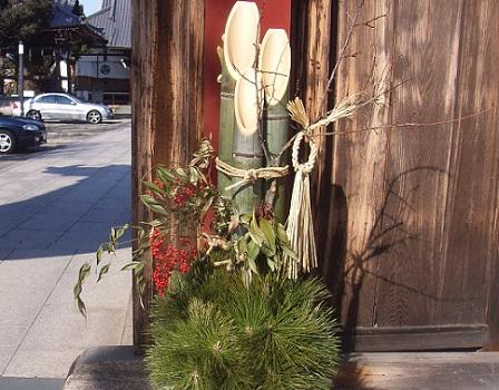 クリスマス終了!と思ったら、舞台の早変わりさながらに、街には門松と松飾の露店が登場! /12/26=旧11/5・辛未