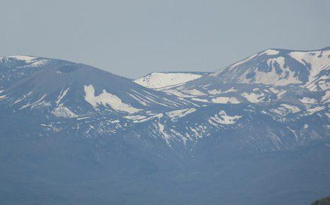 ぐるり山に囲まれた福島の街は、今年少しのんびり。初夏になってやっと「山眠る」から覚め「山笑う」。/5/8=旧4/13・乙未