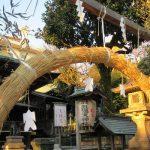 いよいよ明日は大晦日。「大祓」に向けて、ご近所の神社には美しい茅の輪が配されています。/旧暦11/24・丙申