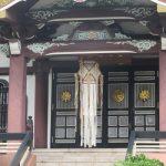 東京は新暦盆。スーパーの棚のお盆グッズ。お寺本堂の「切子灯籠」眺め。ああこの街は一足早いお盆と気づく。/旧暦6/12・壬子