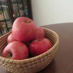 福島の林檎「ふじ」が到着🍎。しばし眺めて、今日からしばし朝のフルーツに事欠かない。満たされた日々を楽しみます(*'▽')/旧暦10/21・壬午