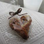 ランチのパンを買いに行ったら、ひゃああ、可愛いハート型のパン。あっ!!今日は、聖バレンタインディかぁ(*'▽')/旧暦1/3・癸巳